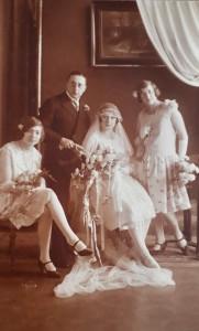 Bruidegom Willem Abraham met bruid Sara in het midden